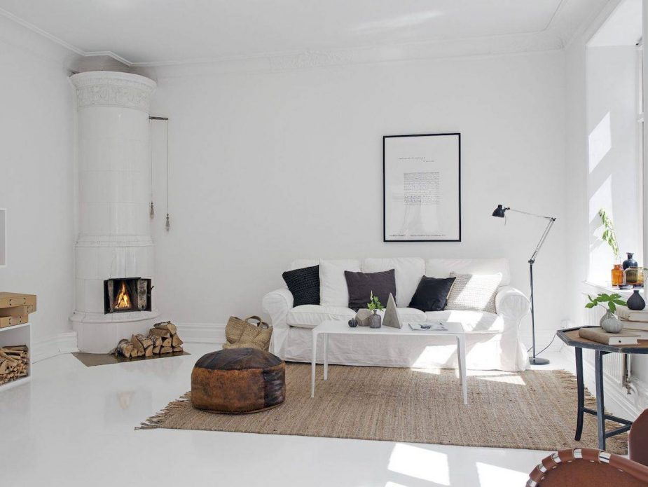 salon-con-chimenea-y-suelo-pintado-en-color-blanco_281e4f52_1500x929